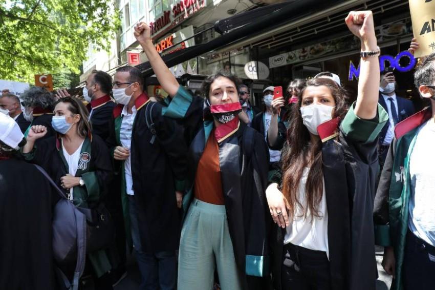 محامون أتراك يحتجون على مشروع القانون. (أ ف ب)