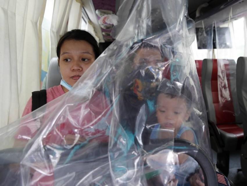 قرويون يستقلون حافلة عاملة في الفلبين. (إي بي أيه)