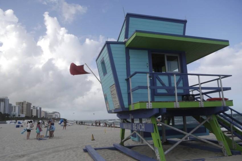 العلم الأحمر للتحذير من اقتراب الإعصار. (أ ب )