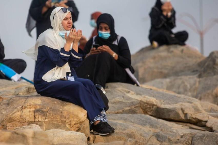 التزام بارتداء الكمامات على عرفات. (أ ف ب)