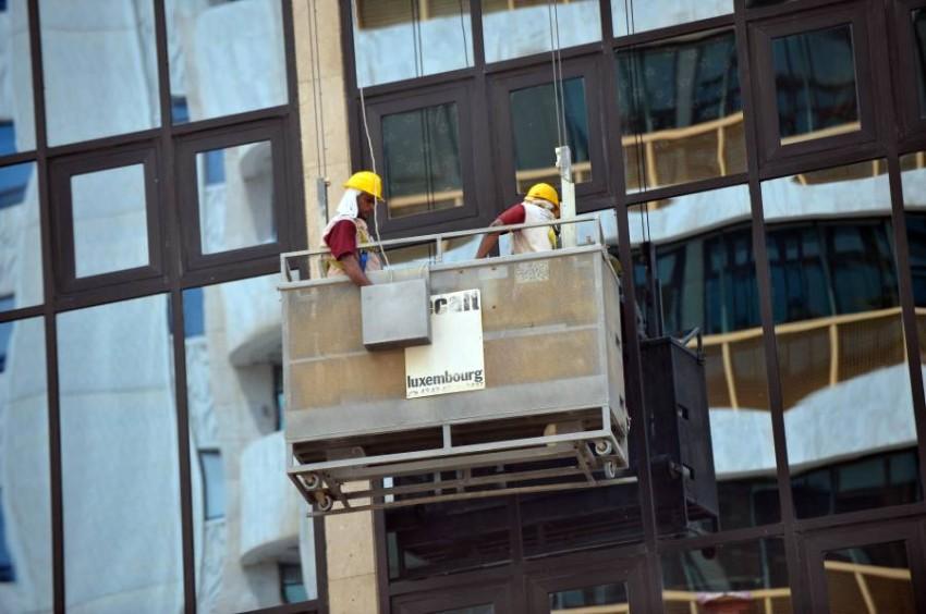 عمال صيانة في أحد المباني. (أرشيفية)