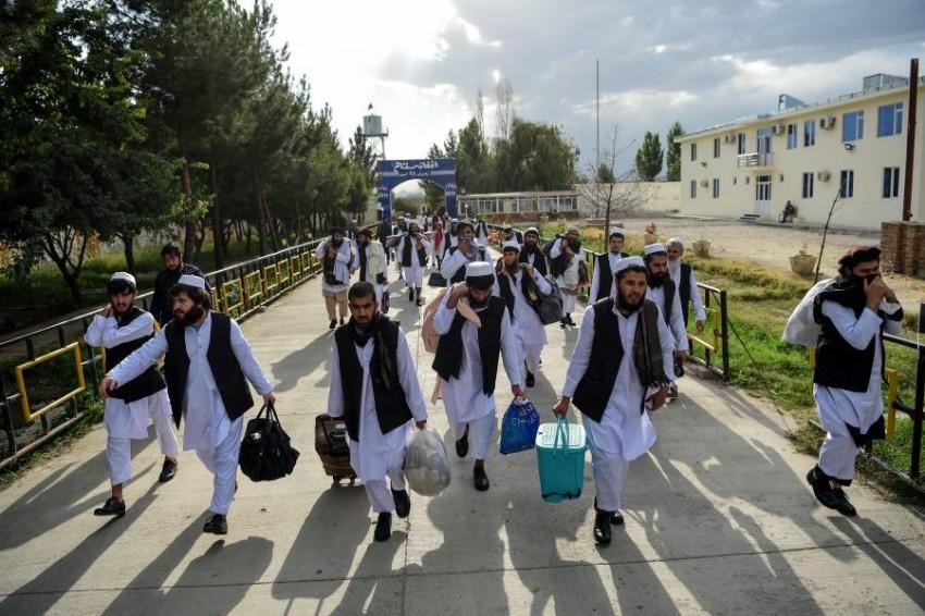 سجناء من طالبان في كابول بعدما أخلت الحكومة الأفغانية سبيلهم. (أ ف ب)