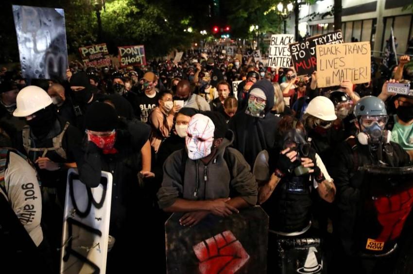 متظاهرون ضد العنصرية ووحشية الشرطة في بورتلاند الأمريكية. (رويترز)