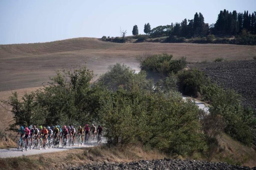 جانب من سباق سترادا بيانكا الإيطالي. (أ ف ب)