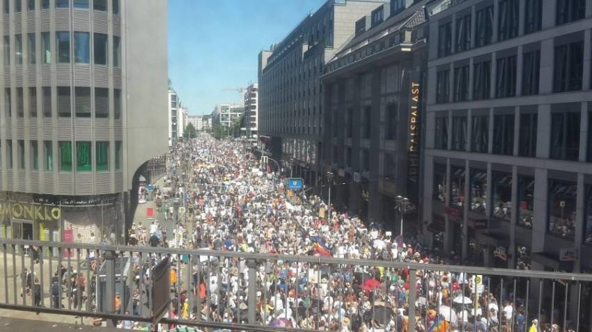 صورة لتظاهرات في ألمانيا تداولها نشطاء على تويتر.