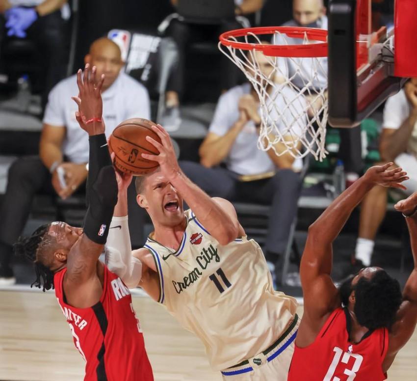من مباراة هيوستن روكتس وميلووكي باكس في دوري كرة السلة الأمريكي. (EPA)