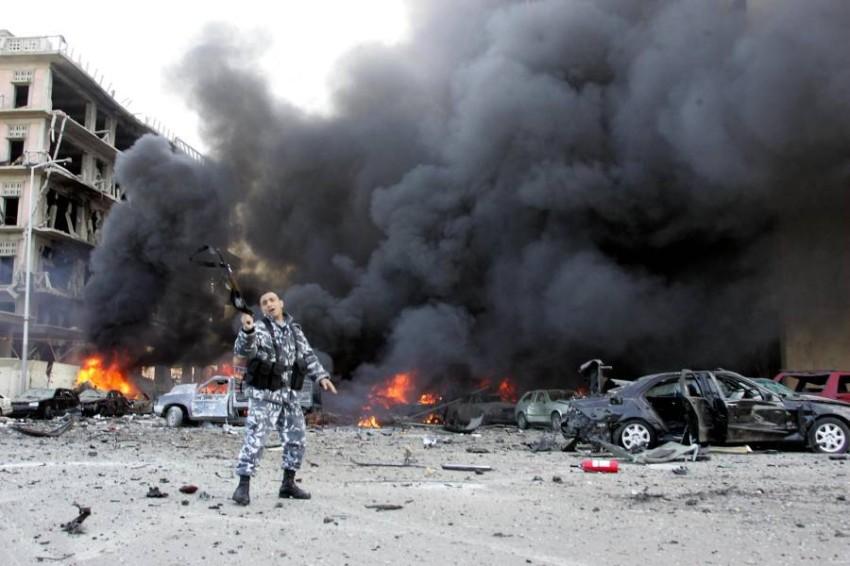 رجل أمن بموقع اغتيال رئيس وزراء لبنان الراحل رفيق الحريري. (أ ف ب)