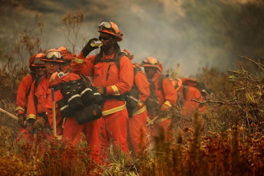 رجال إطفاء يكافحون حرائق غابات في كاليفورنيا. (إي بي أيه)