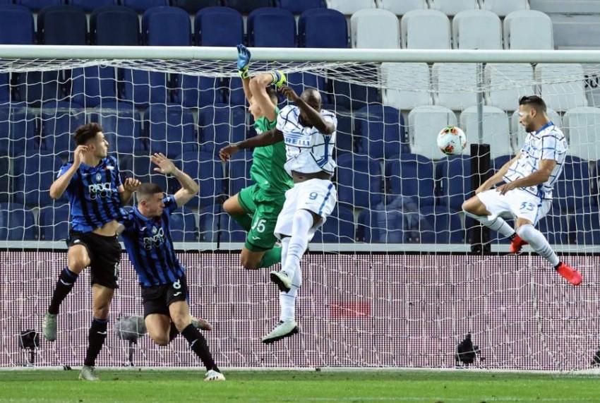 لقطة من مباراة إنتر وأتالانتا في الدوري الإيطالي. (إ ب أ)