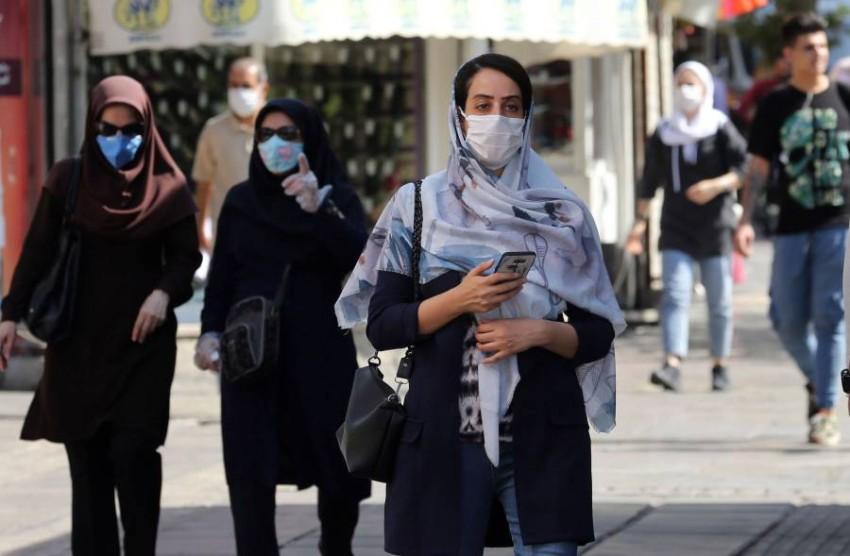 أشخاص يسيرون في أحد شوارع طهران. (إي بي أيه)