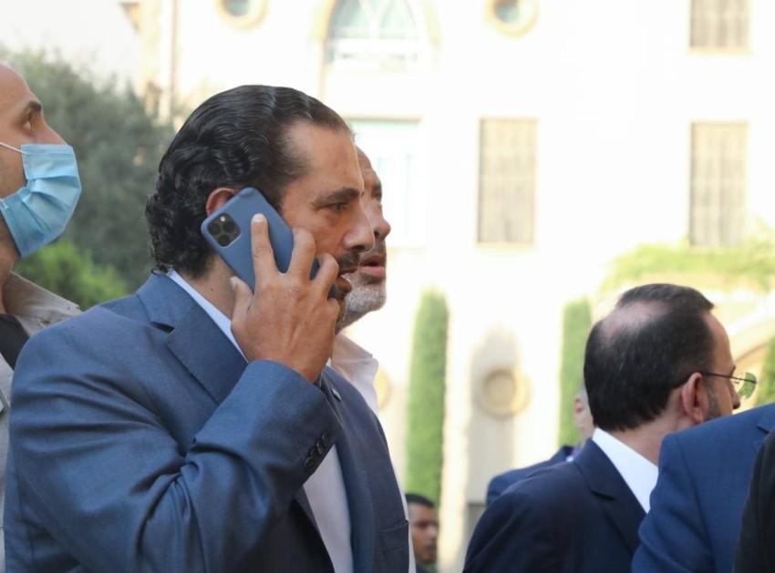 سعد الحريري يتحدث عبر هاتفه خارج مقر إقامته في بيروت. (من المصدر)