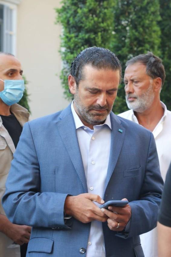 سعد الحريري مستخدماً هاتفه خارج مقر إقامته في بيروت. (من المصدر)