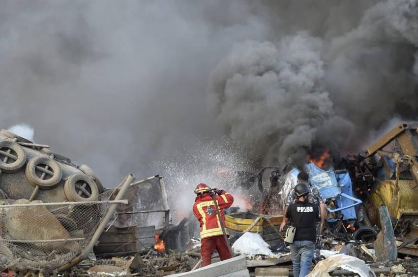 رجال إطفاء يكافحون الحرائق الناجمة عن انفجار في بيروت. (إي بي أيه)
