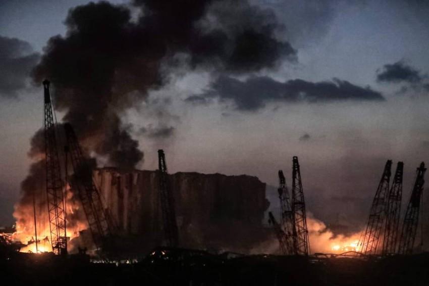 ألسنة اللهب وأعمدة الدخان تتصاعد من موقع انفجار بيروت. (أ ف ب)