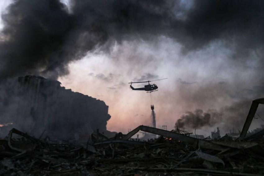طائرة هليكوبتر تساهم في إخماد الحرائق الناجمة عن انفجار بيروت. (أ ف ب)