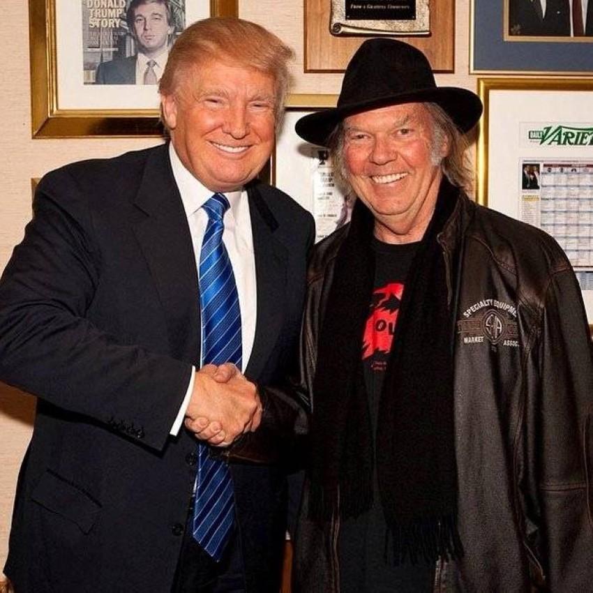 نيل يونغ مع دونالد ترامب قبل أن يصبح رئيساً لأمريكا.