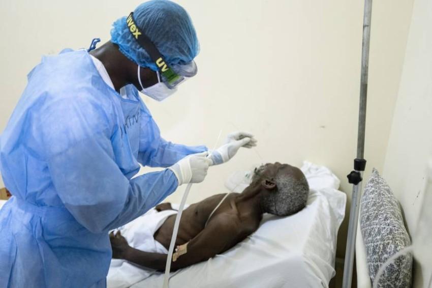 طبيب يعالج مصاباً بكورونا في السنغال. (أ ب)
