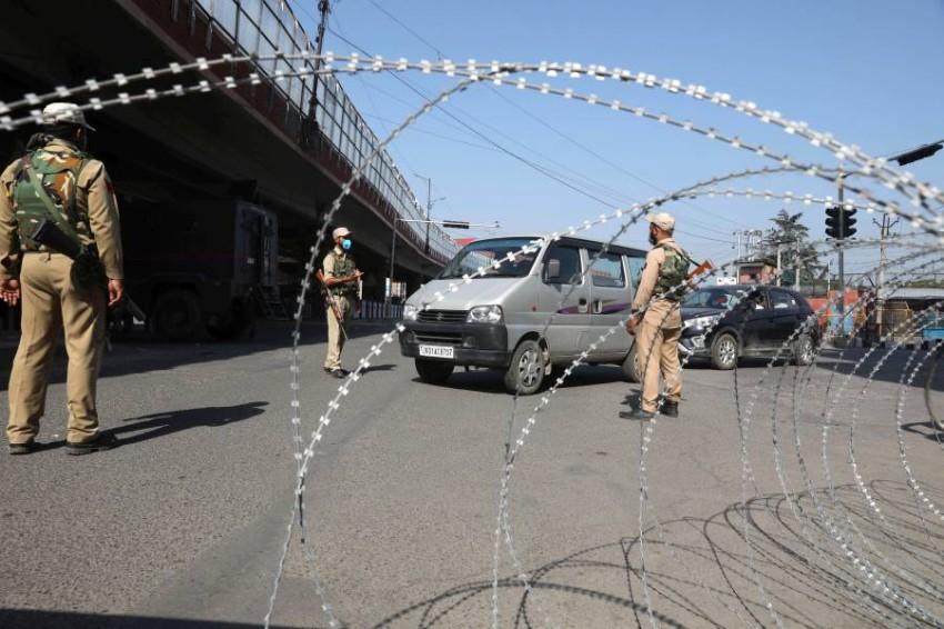 الشرطة توقف المواطنين في نقاط التفتيش. (إي بي أيه)