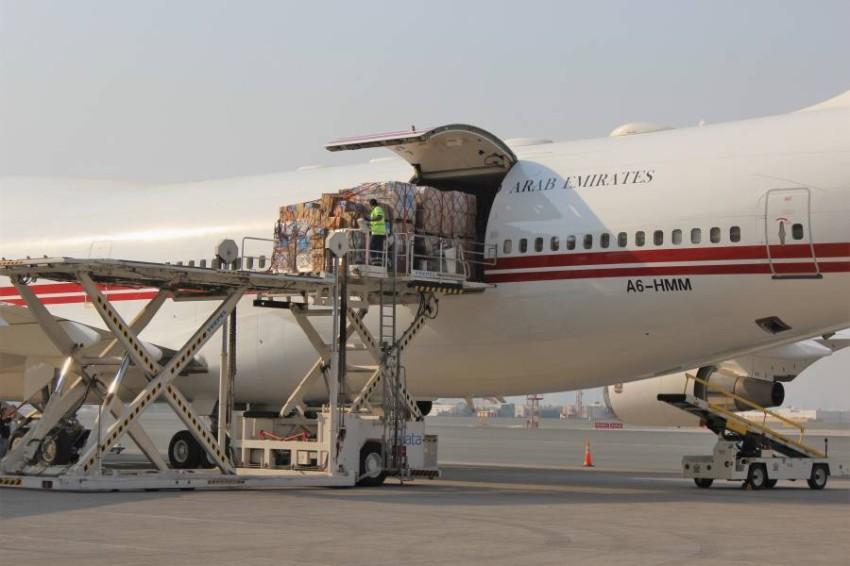 تجهيز طائرة مساعدات إماراتية قبل إرسالها إلى لبنان. (من المصدر)
