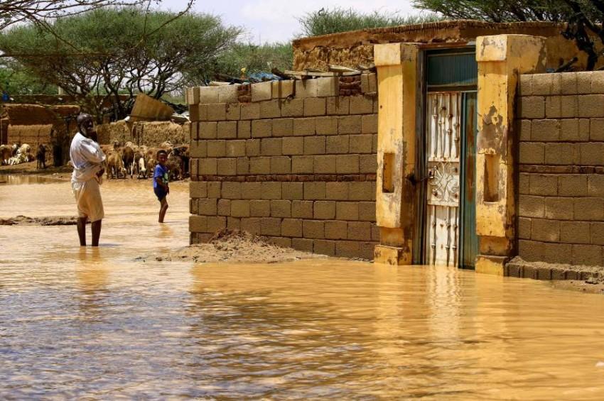 مياه الفيضانات تغمر منازل في السودان. (أ ف ب)