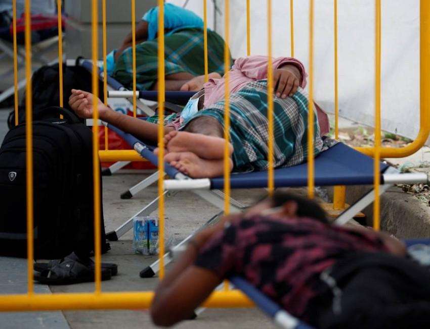 عمال وافدون في مركز عزل بسنغافورة. (رويترز)