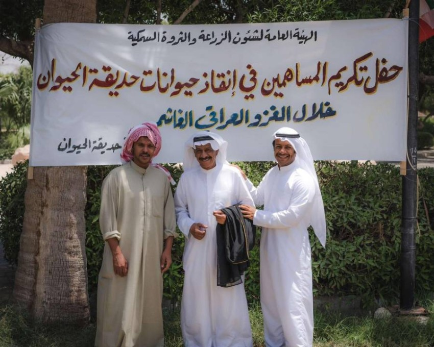 المؤلف مع الفنانين عبدالله الطراروة ومشاري المجيبل.