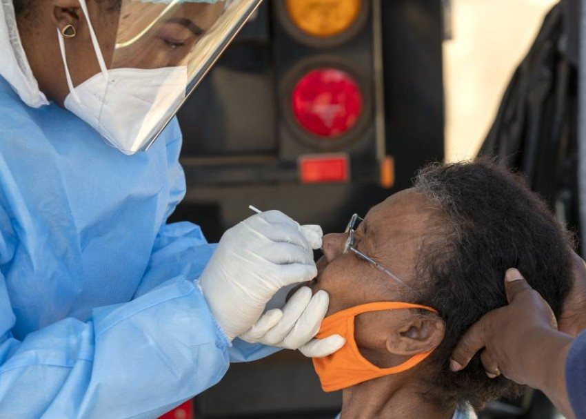 سحب عينة من امرأة لفحص كورونا في جنوب أفريقيا. (أ ب)