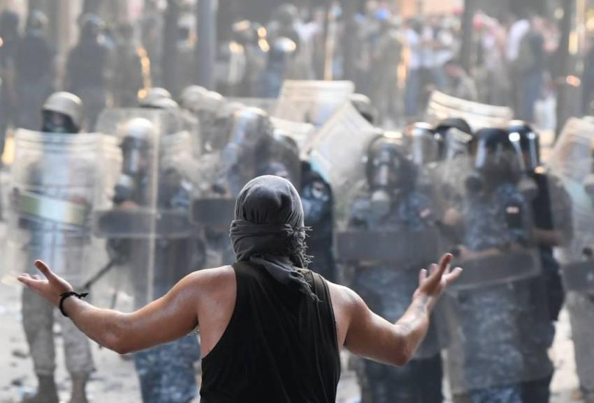 متظاهر في مواجهة الأمن اللبناني. (أ ف ب)