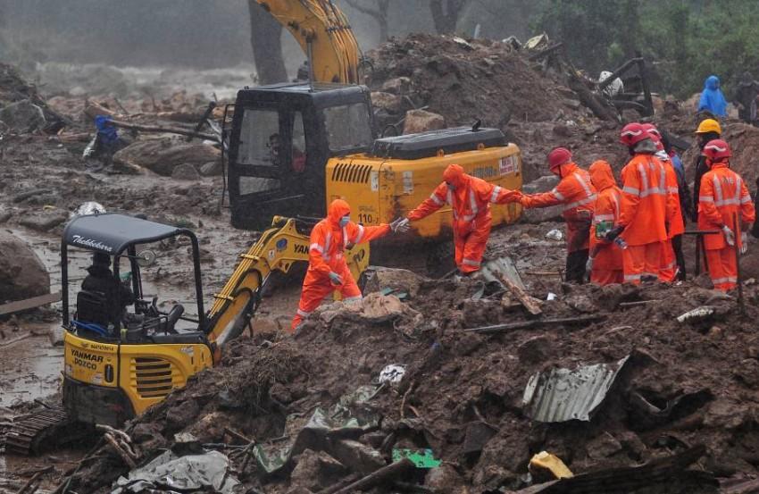 رجال إنقاذ يبحثون عن ضحايا الفيضانات في مدينة هندية. (رويترز)