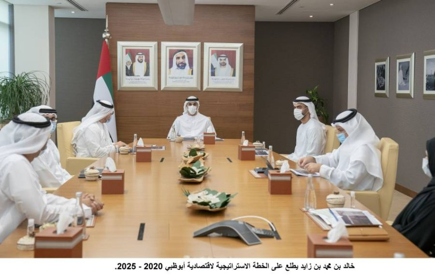 خالد بن محمد خلال زيارته لمقر دائرة التنمية الاقتصادية أبوظبي. (وام)