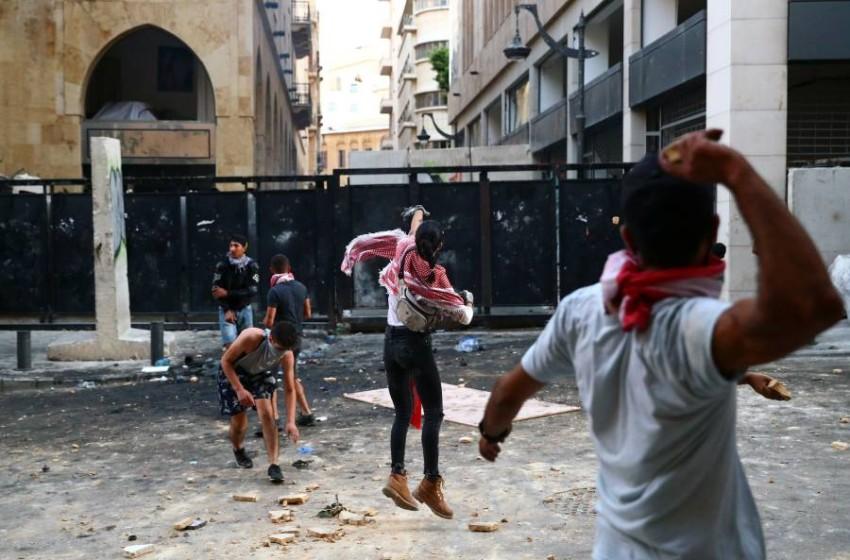 متظاهرون يرشقون قوات الأمن في بيروت. (رويترز)