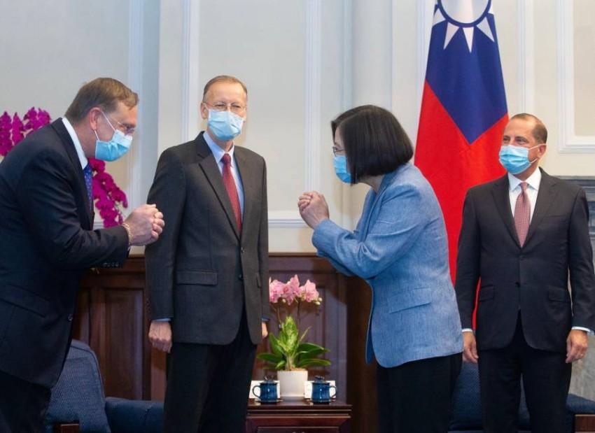 رئيسة تايوان تستقبل وزير الصحة الأمريكي. (أ ف ب)