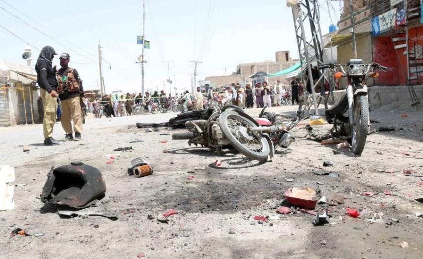 عناصر أمن بموقع انفجار في باكستان. (إي بي أيه)