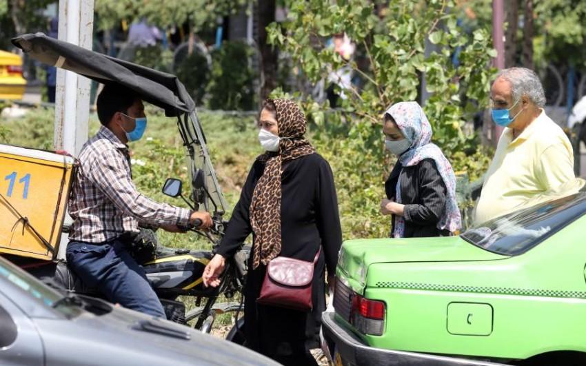 أشخاص يسيرون بأحد شوارع طهران. (إي بي أيه)