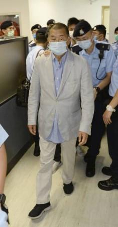 الشرطة تقتاد جيمي لاي. (أ ب)
