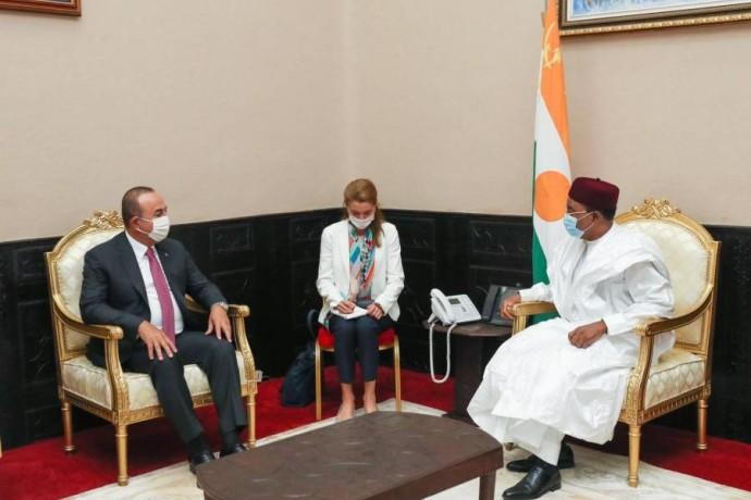 وزير الخارجية التركي مولود تشاووش أوغلو في النيجر.(صورة من حساب أوغلو على تويتر)