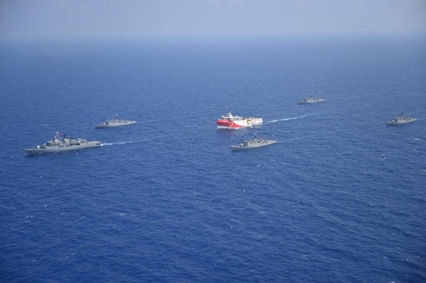 سفينة التنقيب التركية عروج ريس وسط مجموعة حماية في البحر المتوسط. (رويترز)