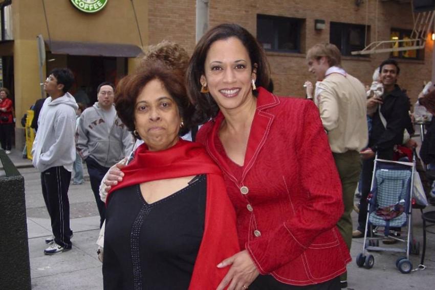 مع والدتها. (أ ب)