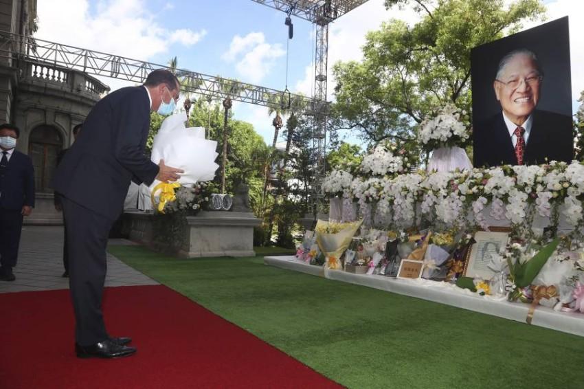 وزير الصحة الأمريكي يضع وروداً عند نصب تذكاري لرئيس تايوان السابق في تايبيه. (أ ب)