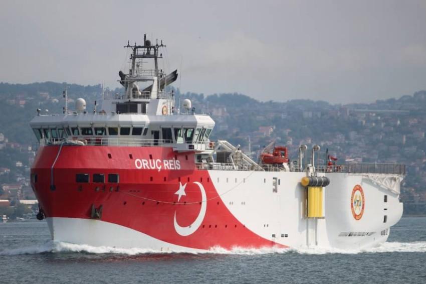 السفينة التركية عروج ريس تبحر في إسطنبول. (رويترز)