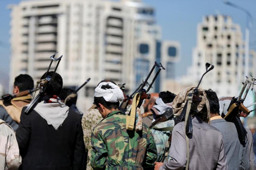 عناصر الحوثي الإرهابية. (رويترز)