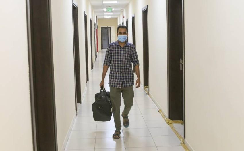 الاحتفال بخروج آخر عامل مصاب بكورونا. (من المصدر)
