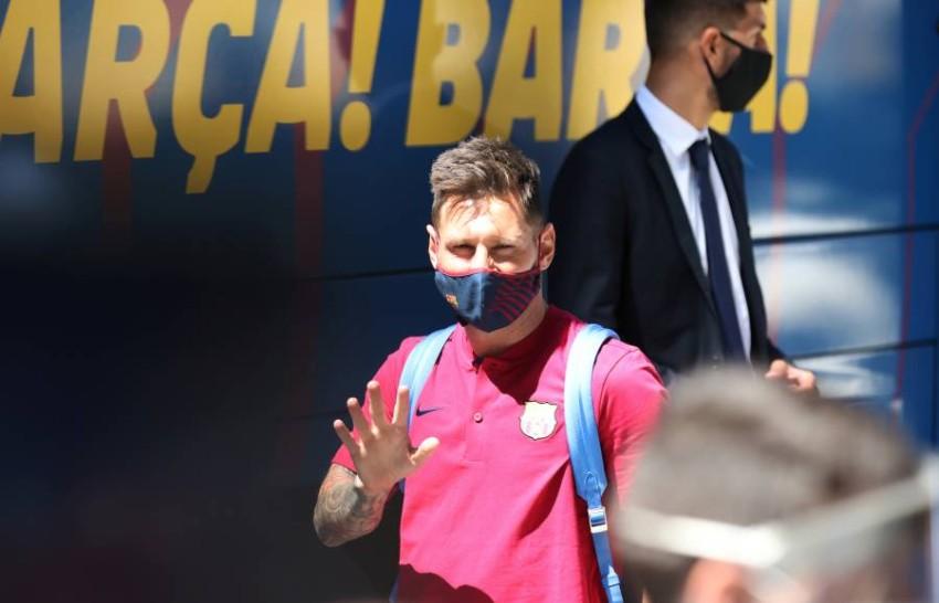 ميسي لحظة وصوله مع برشلونة إلى لشبونة. (رويترز)