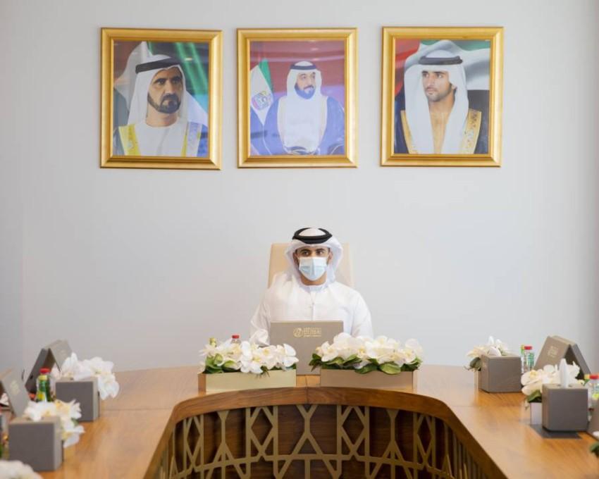 منصور بن محمد بن راشد خلال الاجتماع. (من المصدر)