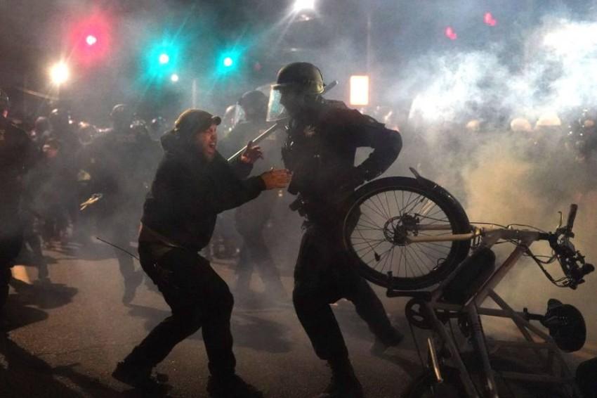 اشتباكات بين الشرطة ومحتجين في بورتلاند الأمريكية. (أ ف ب)