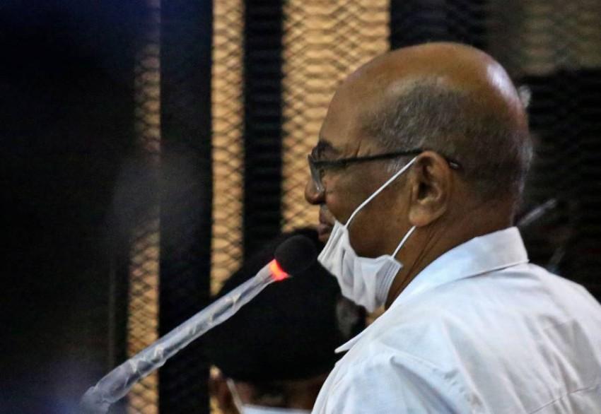 الرئيس السوداني المعزول عمر البشير خلال محاكمته وآخرين في قضية انقلاب 1989. (أ ف ب)