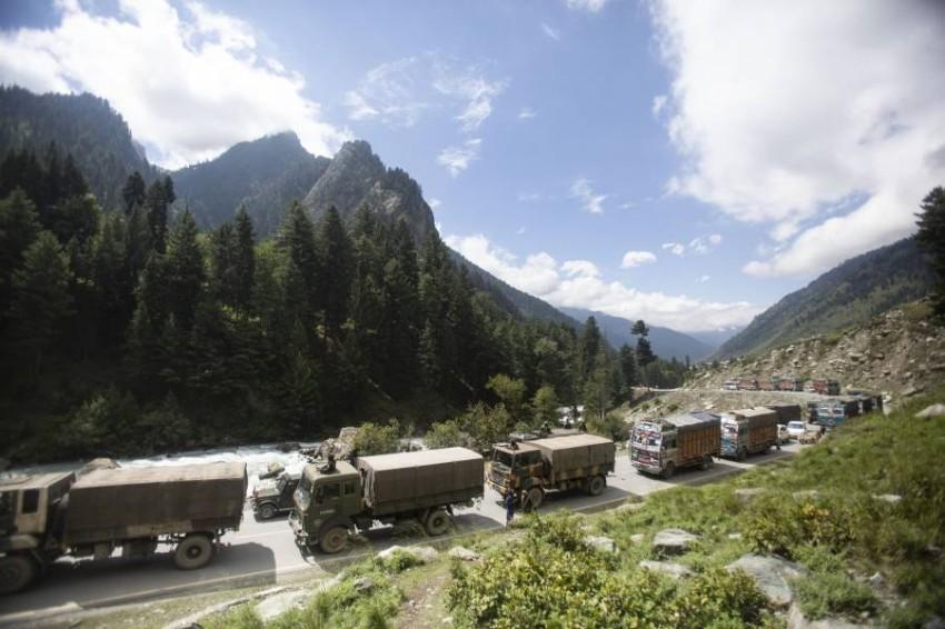 آليات عسكرية هندية في إقليم لداخ المتنازع عليه مع الصين. (أ ب)