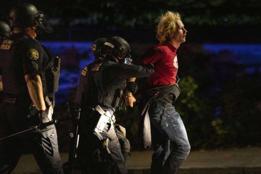 الشرطة تعتقل محتجاً في بورتلاند. (أ ب)