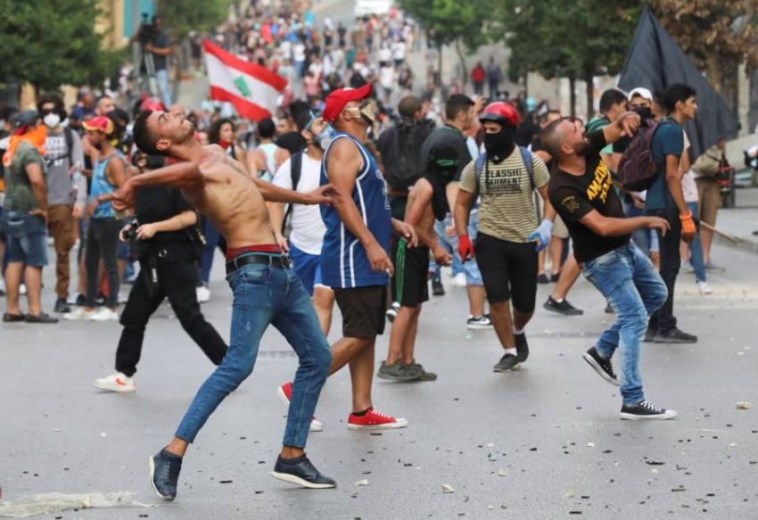 متظاهرون يرشقون قوات الأمن بالحجارة في بيروت. (رويترز)
