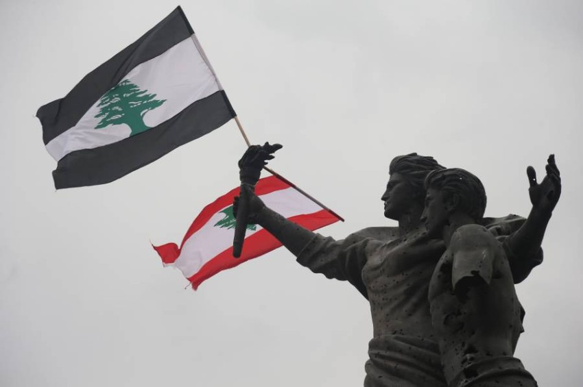 لبنانيون استبدلوا اللون الأحمر بالأسود حداداً. (إي بي أيه)